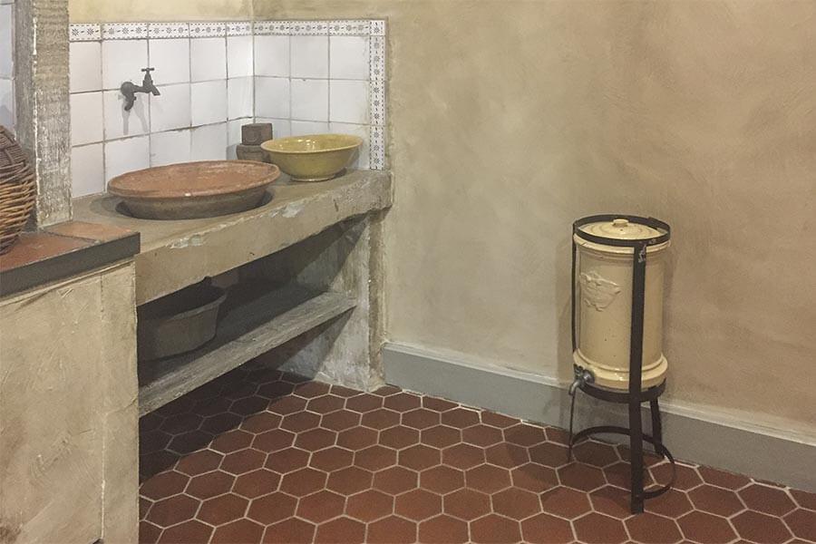 Wasseranschluss um 1900, daneben ein Wasserspeicher mit Abflusshahn(im Geburtshaus von Marcel Pagnol in Aubagne, heute ein Museum) © Siegbert Mattheis