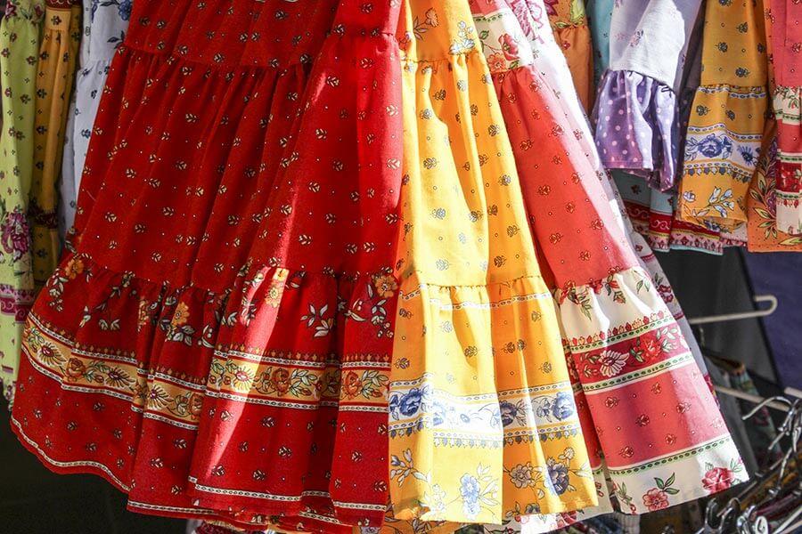 Röcke in den provenzalischen Farben Rot und Gelb mit mediterranen Motiven © Siegbert Mattheis