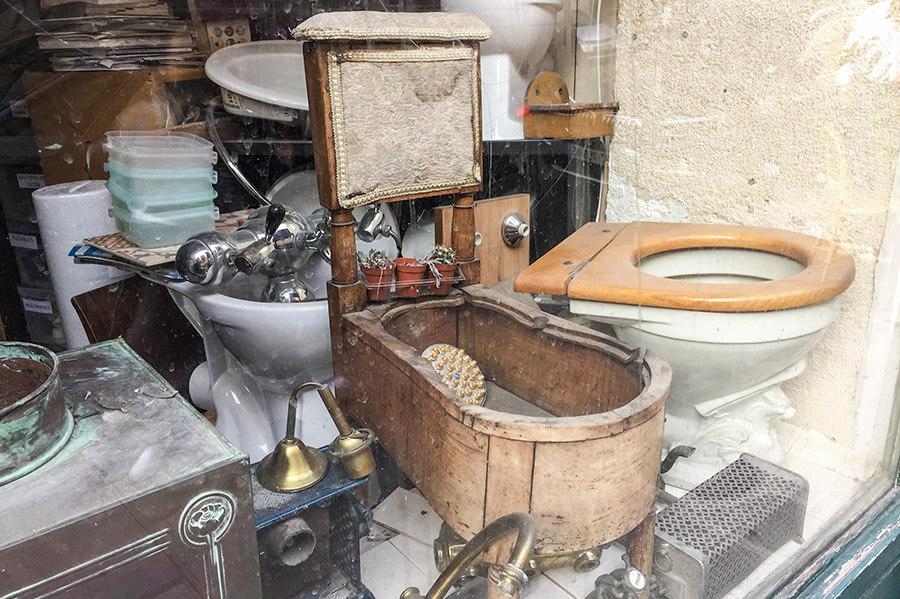 Dieses antike Bidet aus Holz haben wir in einem Schaufenster eines Sanitärladens in Paris entdeckt © Siegbert Mattheis