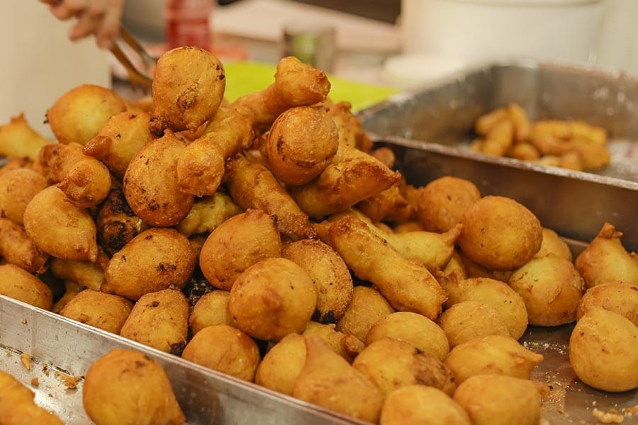 Auf den Volksfesten auf Sizilien sind Arancini beliebte Fingerfood-Snacks, da spielt die Form manchmal auch keine Rolle © Siegbert Mattheis