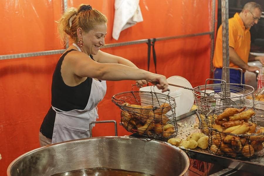 Sizilianische Arancini -Kochkunst auf den Volksfesten © Siegbert Mattheis