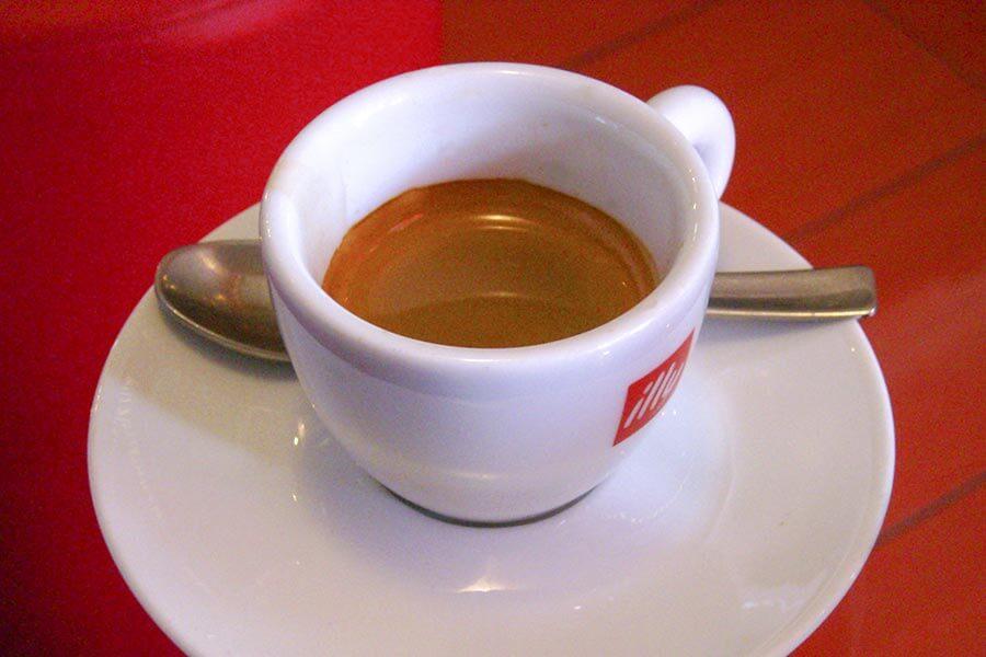 Typisch italienischer Espresso in einer vorgewärmten, dickwandigen Tasse © Wikipedia