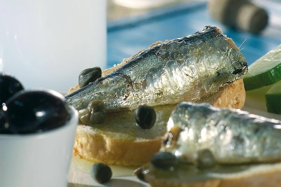 Zu den Meze wie hier zu Sardinen wird traditionell Ouzo getrunken © GNTO/F. Baltatzis