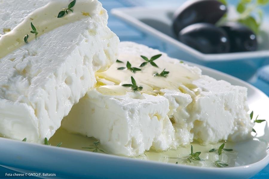 Der bekannte Fetakäse wird vorwiegend aus Schafsmilch, machmal aber auch aus Ziegenmilch hergestellt © GNTO/F. Baltatzis