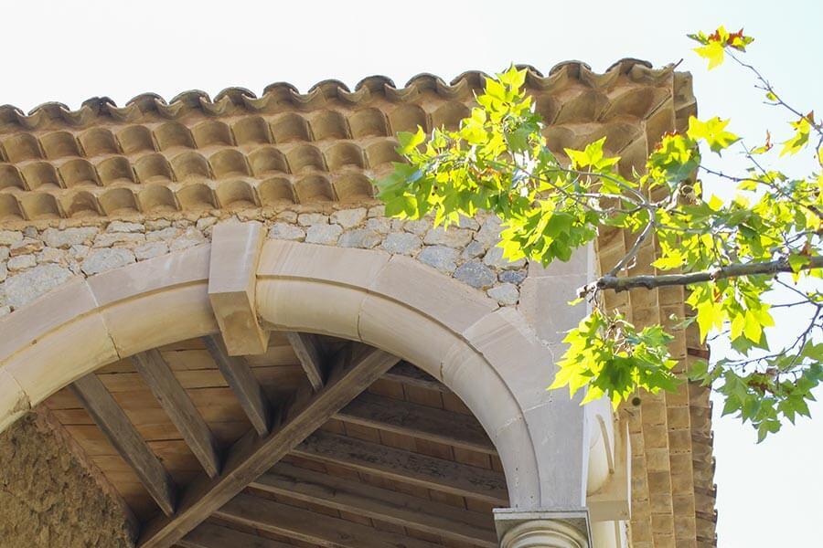 Mönch/Nonne-Deckung mit 3 Lagen Mönchsziegeln für den Dachvorsprung in Spanien © Siegbert Mattheis
