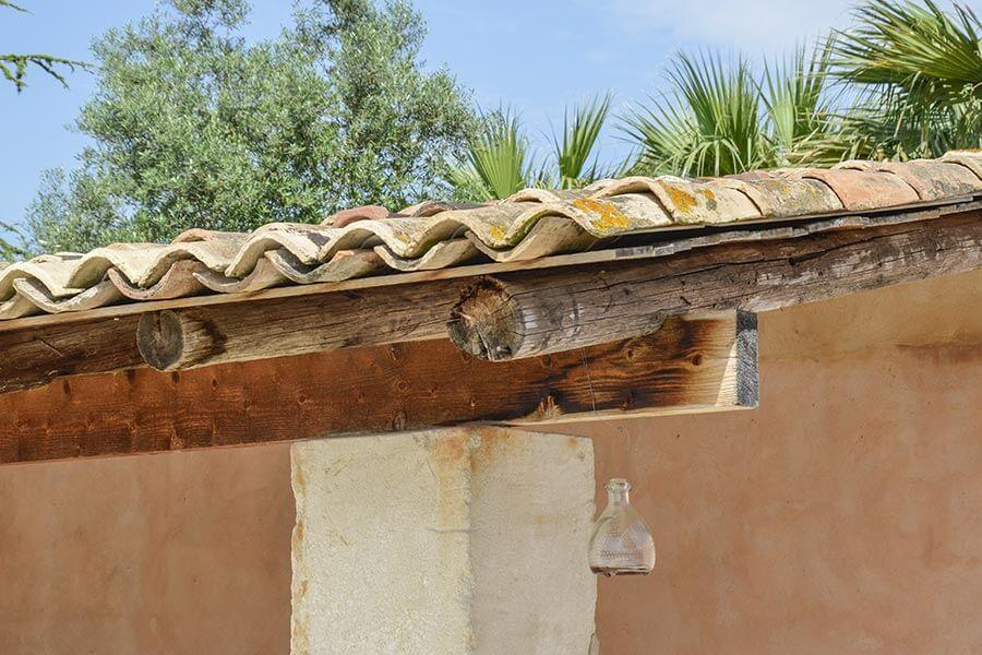 Einfaches Vordach mit unvermörtelten Mönch-Nonne-Ziegeln (Südfrankreich) © Siegbert Mattheis