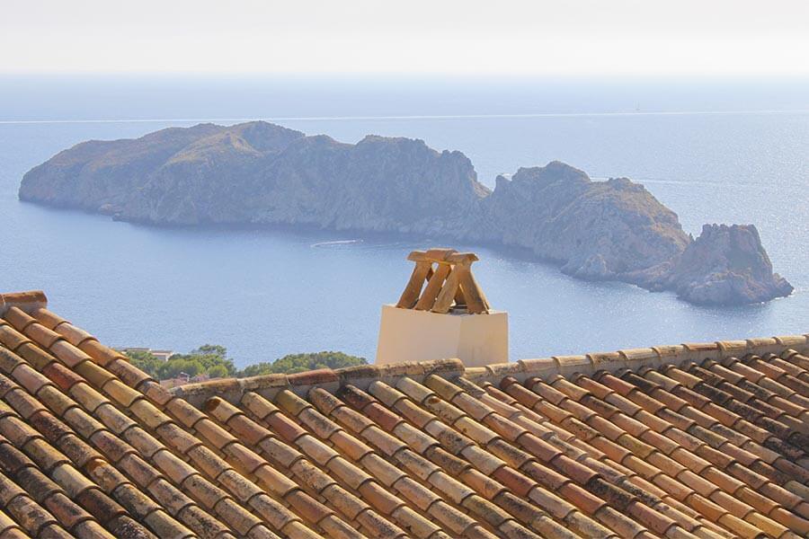 Charakteristisch für mediterrane Tondachziegel sind die unterschiedlichen Färbungen (Mallorca) © Siegbert Mattheis