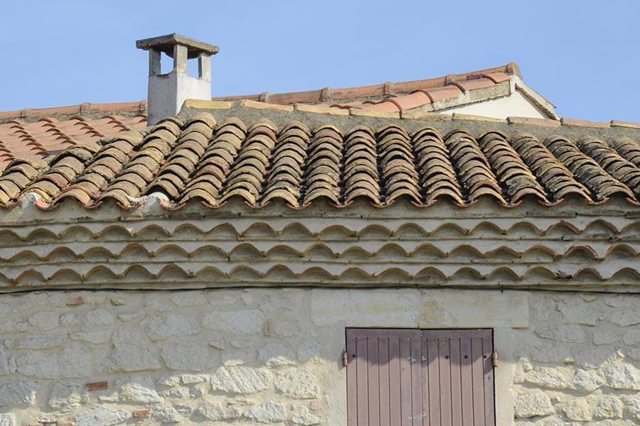In Spanien wie auch in Südfrankreich wurden die Dachvorsprünge oft in mehreren Lagen von Mönchsziegeln gestaltet © Siegbert Mattheis