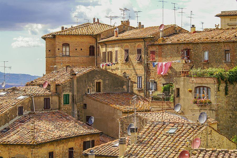 Vorwiegend Tegula und Imbrex-Ziegel, zwischendurch auch Mönch und Nonne-Deckung in Volterra, Toskana © Siegbert Mattheis