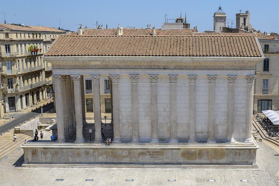 Der originalgetreu restaurierte römische Tempel Maison Carrée in Nîmes mit Tegula und Imbrex-Ziegeln © Siegbert Mattheis