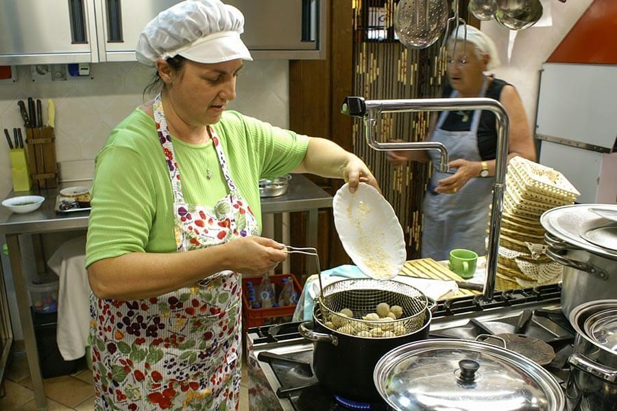 Nun werden die panierten, gefüllten Oliven frittiert © Siegbert Mattheis