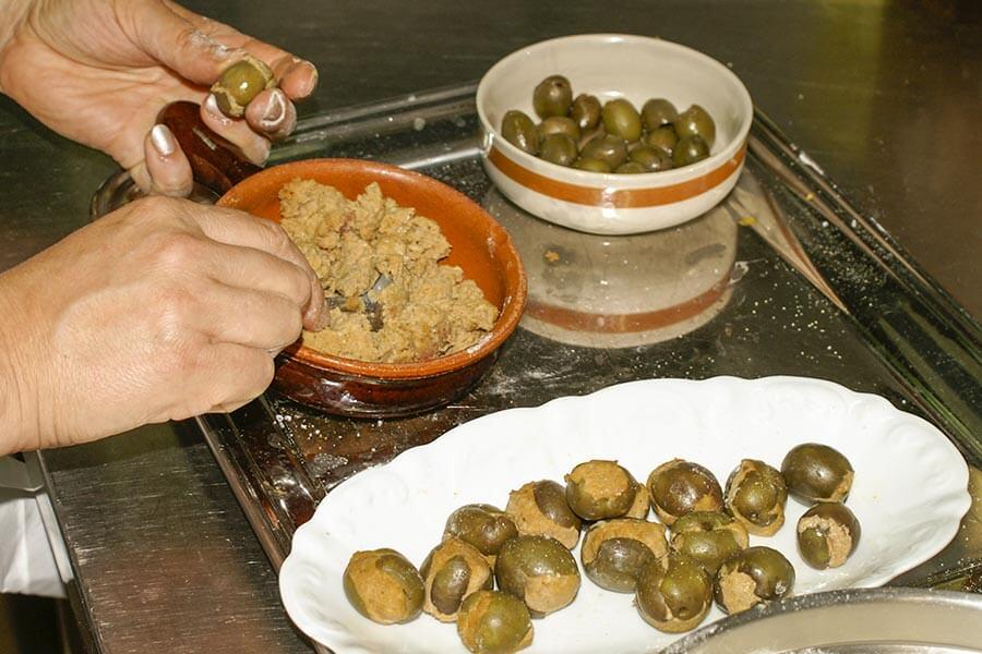 Die Hackfleischfüllung wird in die Oliven gefüllt und wieder zusammengerollt © Siegbert Mattheis