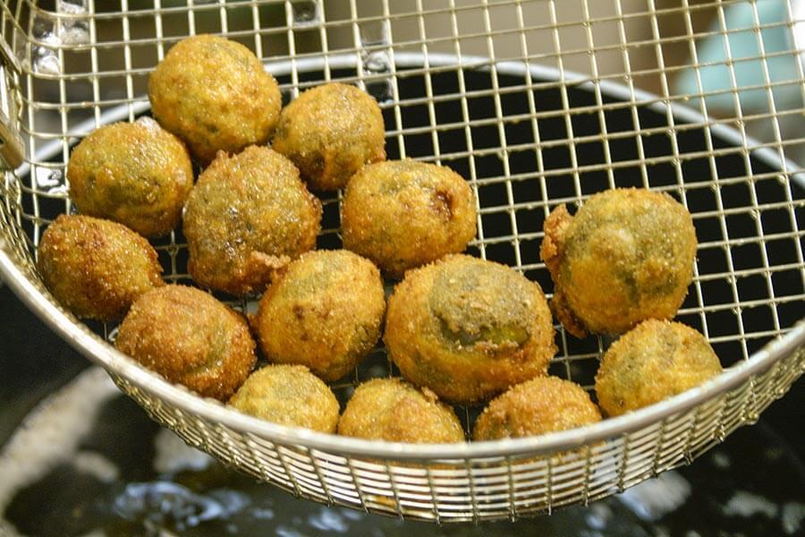 So kommen die frittierten Olive all'ascolana aus dem heißen Ölbad © Siegbert Mattheis