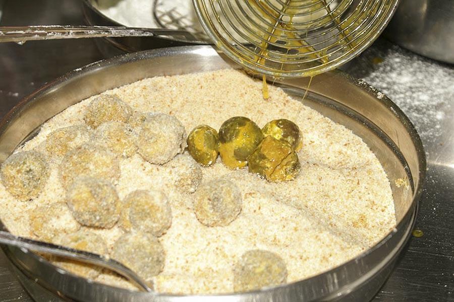 Nachdem die Olive all'ascolana in Mehl und Ei gewälzt wurden, kommen sie in die Semmelbrösel © Siegbert Mattheis