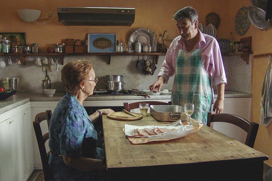 Lebhaft wird um die perfekte Zubereitung des Essens zu Ferragosto gestritten © Pandorafilm