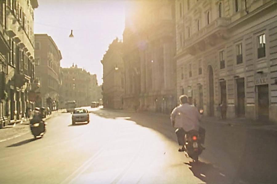 """Leergefegte Straßen in Rom zu Ferragosto (Ausschnitt aus dem Film """"Pranzo di Ferragosto"""") © Pandorafilm"""