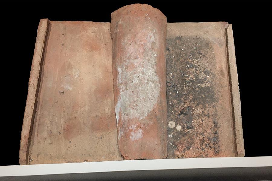 Römische Dachziegel, Tegula (Ziegel) und Imbrex (Leiste), hier im Deutschen Museum in München © Foto: Siegbert Mattheis