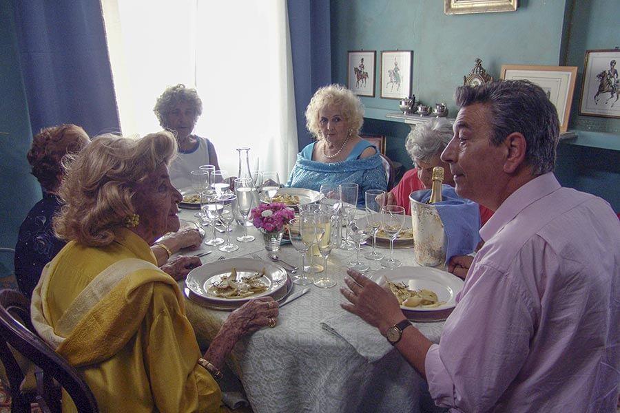 Bis zum Festmahl endlich der Tisch gedeckt wird und der Korken knallt, gilt es manche Küchen- und Beziehungskrise zu bewältigen © Pandorafilm