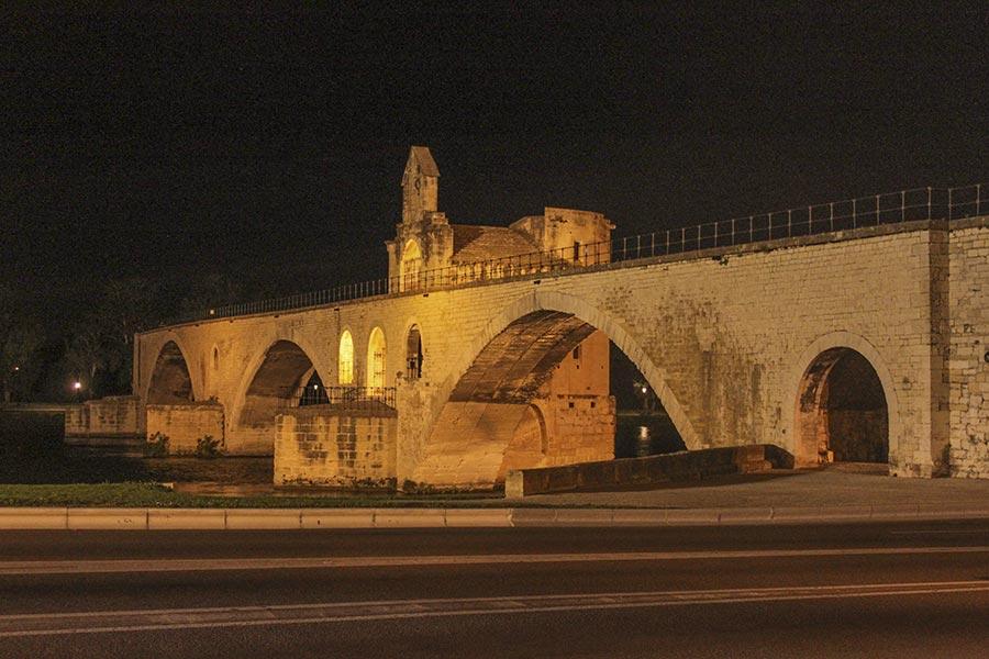 Die berühmte Brücke von Avignon, die Pont Saint-Bénézet, die in der Mitte endet © Siegbert Mattheis