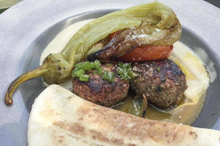 Kebab mit gegrilltem Gemüse, dazu Fladenbrot © Siegbert Mattheis