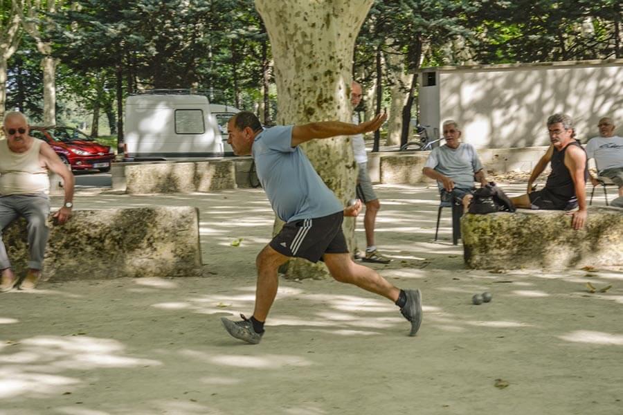 Hier in Beaucaire wird das Jeu Provençale gespielt, mit 3 Schritten Anlauf © Siegbert Mattheis