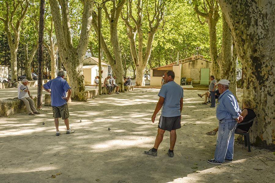 Das typische Klischeebild von Frankreich: Boule spielende ältere Männer, Frauen sind Zuschauer © Siegbert Mattheis