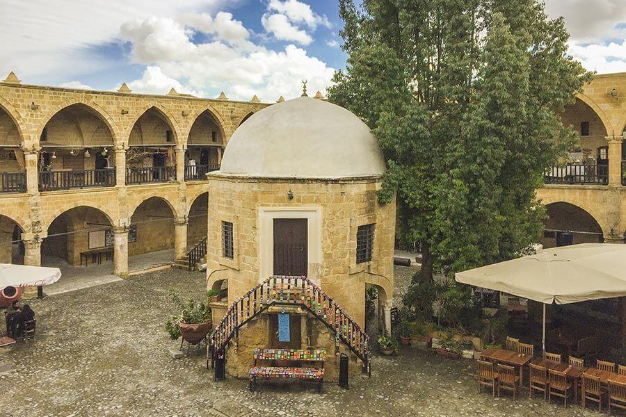 Der große Innenhof mit der kleinen Moschee in der Mitte © Siegbert Mattheis