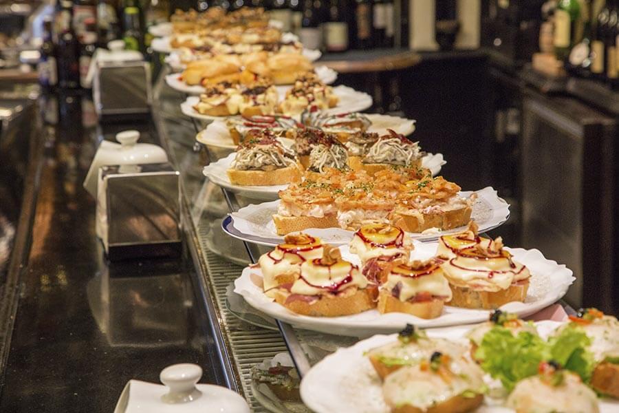 Pintxos-Köstlichkeiten aufgereiht in einer Bar © Bilbao Turismo