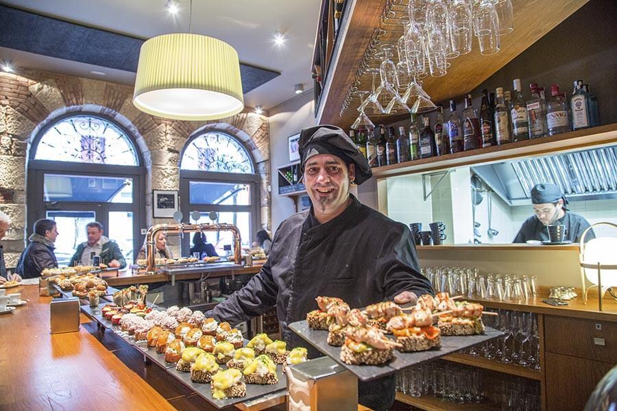 Lassen Sie sich vom Kellner einen Teller geben und nehmen Sie ein Auswahl der leckeren Pintxos © Bilbao Turismo