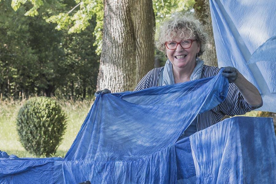 Annette Hardouin mit ihren ausschließlich handgefärbten Naturstoffen
