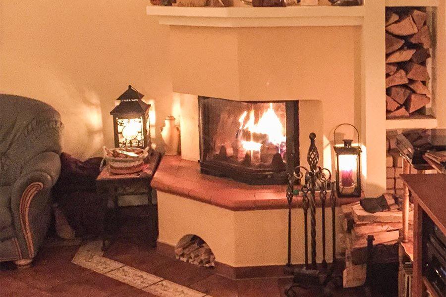 Behagliche Romantik im Feuerschein eines Kamins
