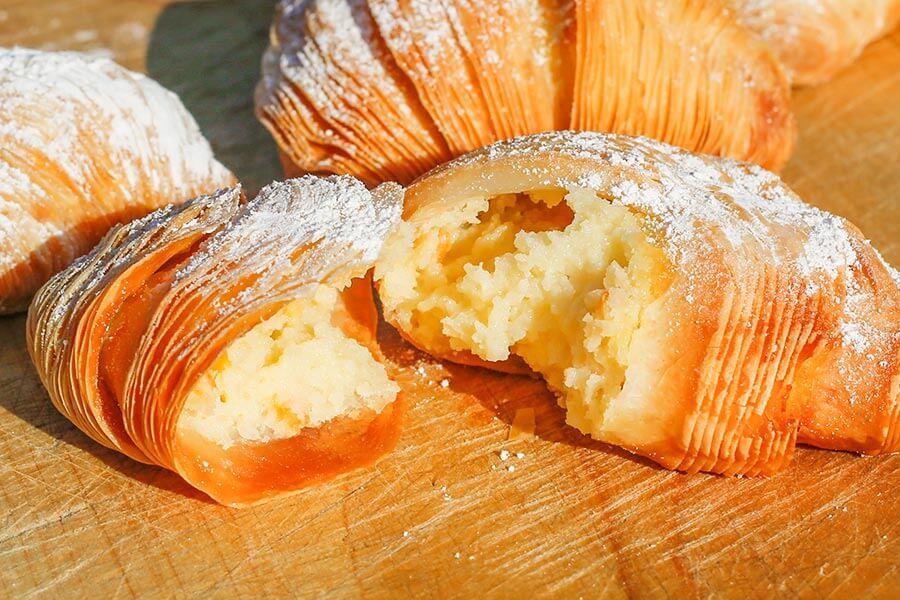 Die cremige Füllung aus Ricotta, Grieß, Zucker, Zimt, Eiern und kandierten Früchten