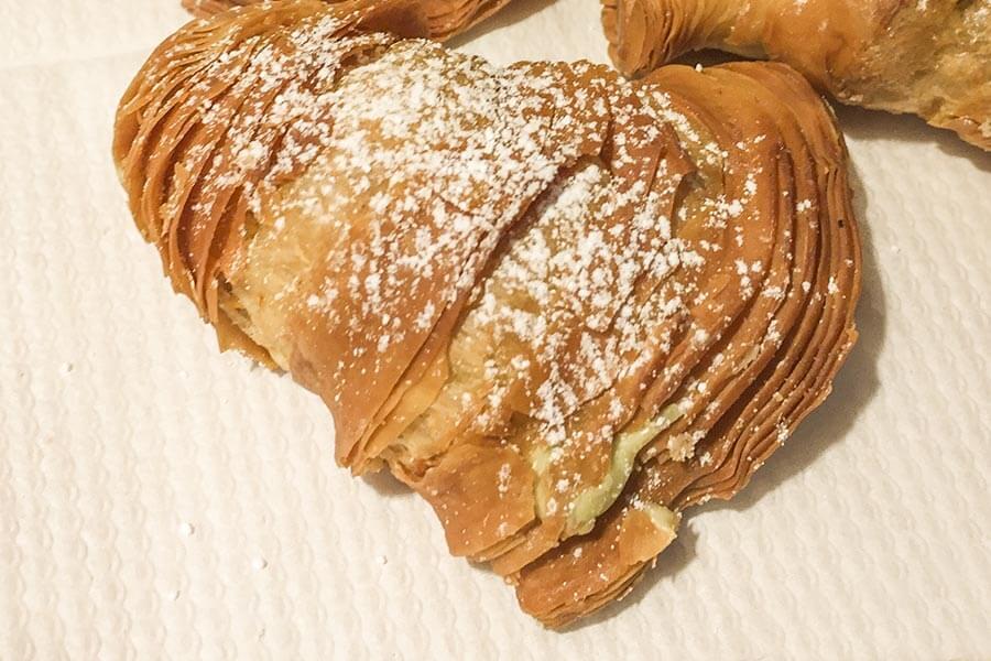 Sfogliatelle gibt es auch in der Variante Coda d'aragosta (Hummerschwanz) , gefüllt mit Schlagsahne, Schokoladencreme, Chantillycreme oder Marmelade © Siegbert Mattheis