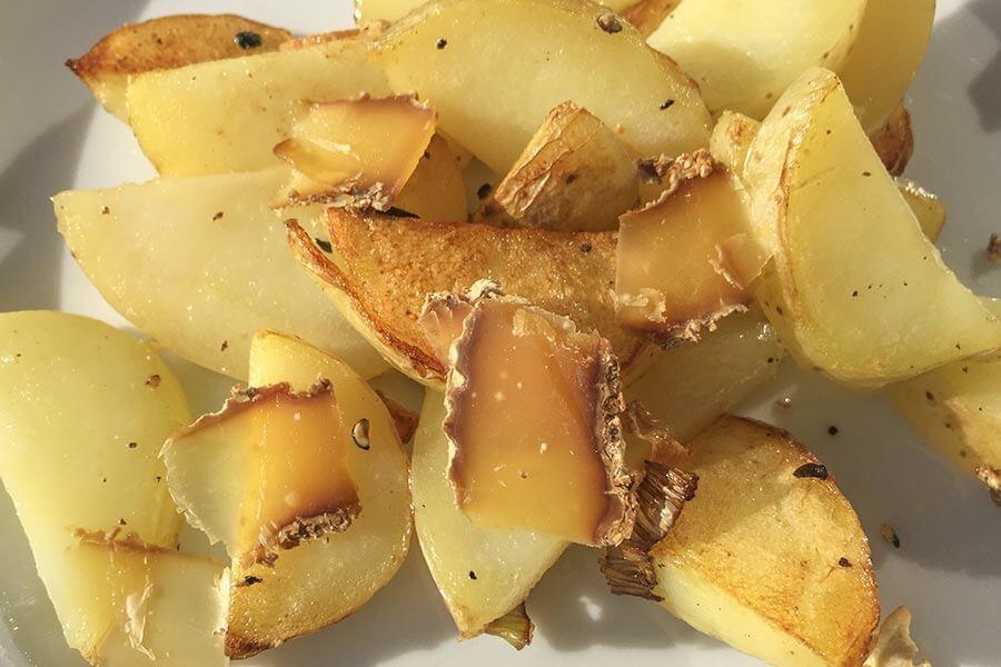 Brie noir hauchdünn auf Bratkartoffeln mit etwas Knoblauch – köstlich! © Siegbert Mattheis