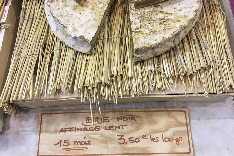 Brie noir, 15 Monate gereift und dementsprechend kräftig-würzig im Geschmack © Siegbert Mattheis