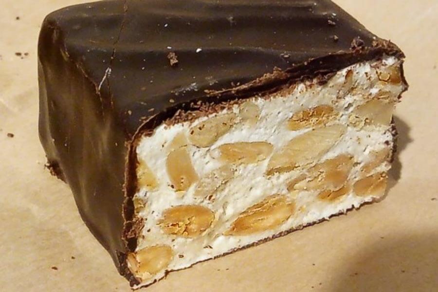 Torrone, weißer Nougat mit gerösteten Nüssen, ist besonders zur Weihnachtszeit beleibt © Wikipedia
