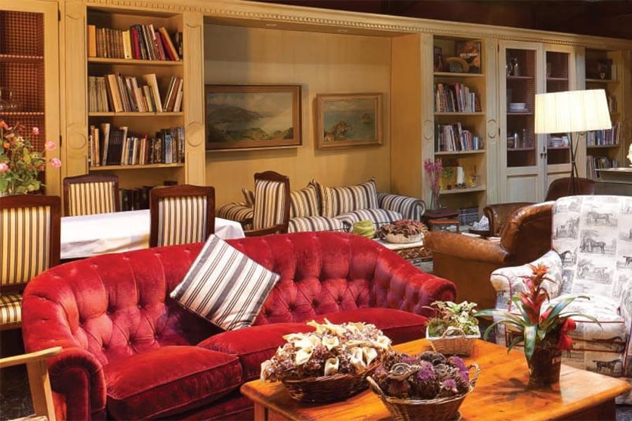 Ein plüschiges rotes Sofa dominiert die Lounge