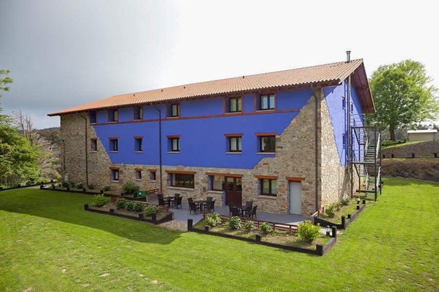 Blaue Farbe dominiert das alte Steinhaus