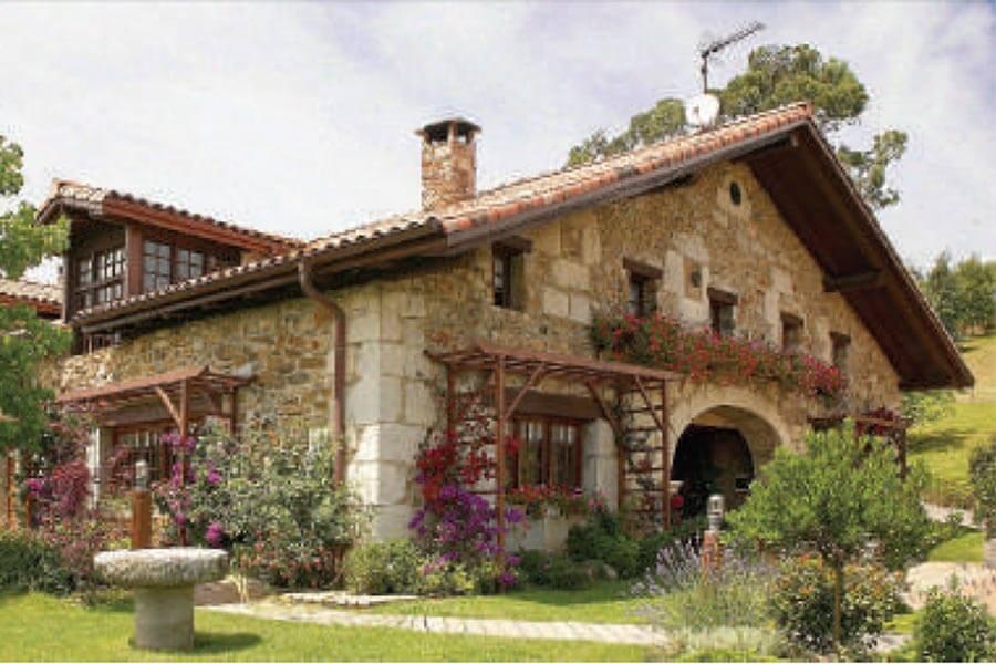 Eins der ländlichen Häuser aus Stein von außen