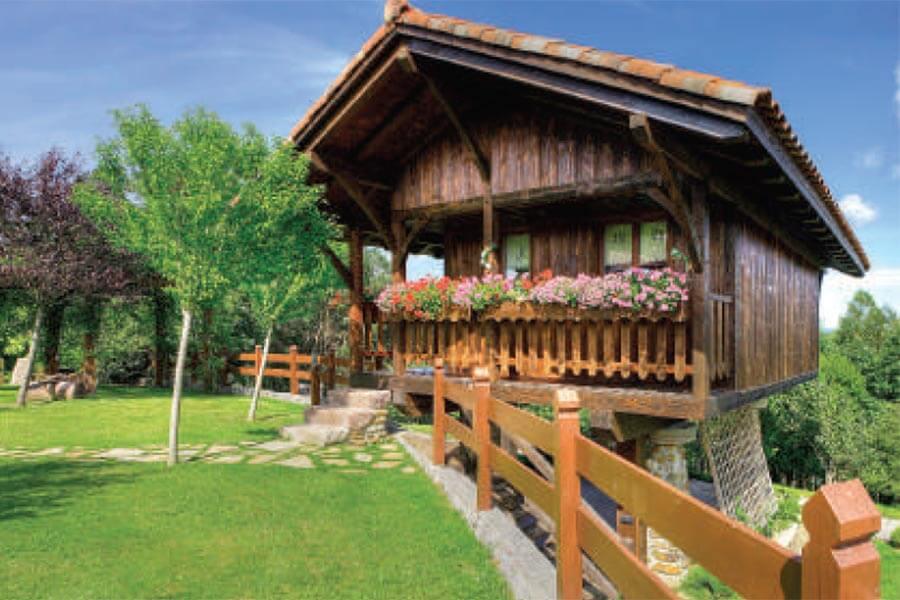 Ein Holzhaus mit Blumenbalkon