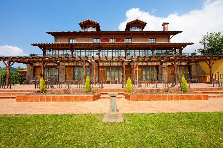 Das Hotel Etxegana von außen, Blick auf die Terrasse