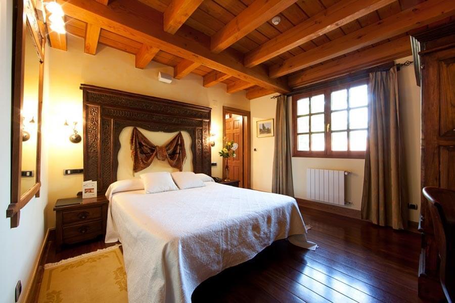Ein Zimmer mit wuchtiger Balkendecke