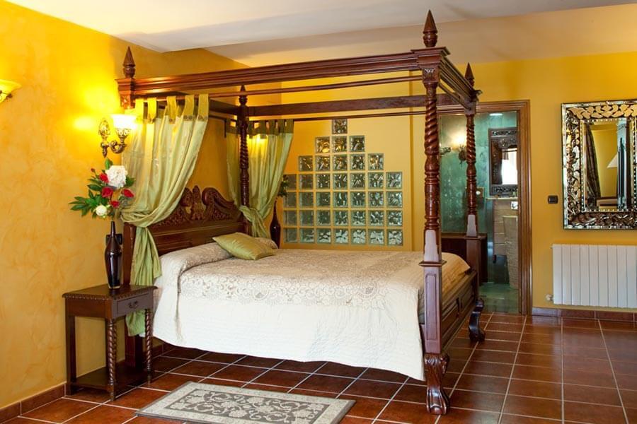Ein Zimmer mit Himmelbett im Kolonialstil