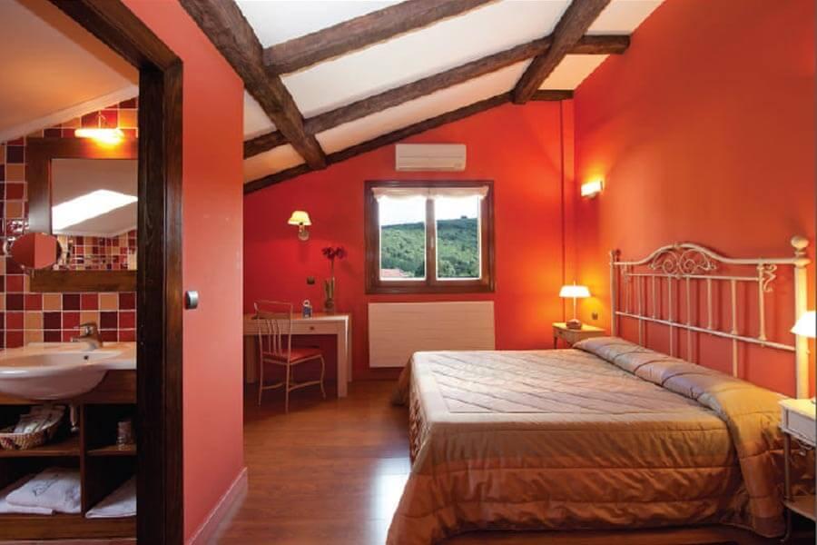 Ein Zimmer ganz in Rot im Hotel Gametxo