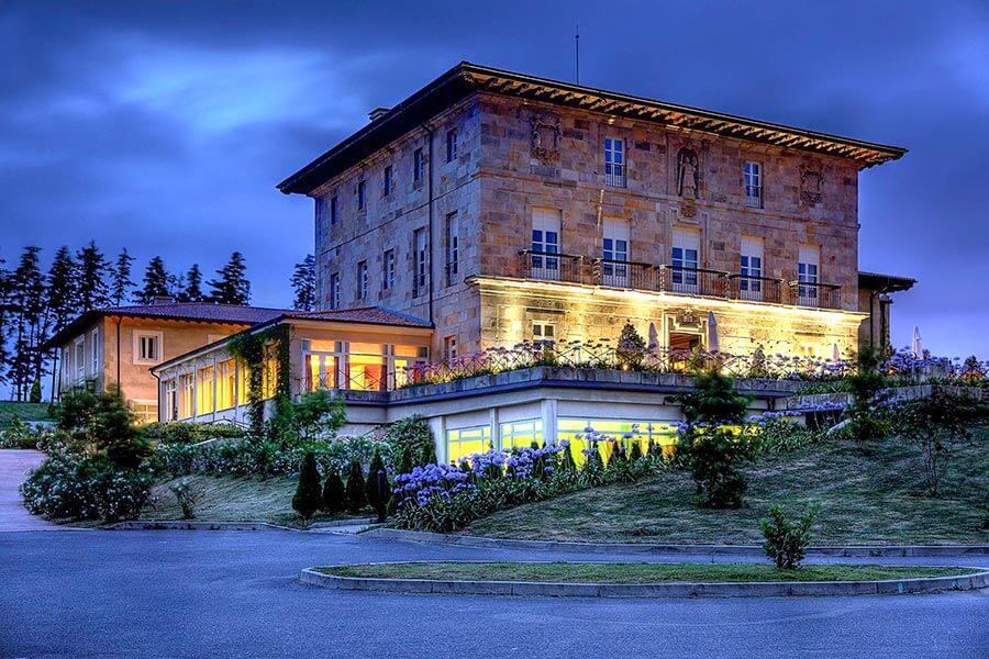 Das Palacio Urgoiti in der Dämmerung von außen
