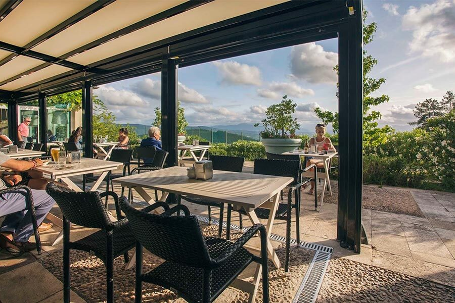 Die Terrasse mit Restaurant und Blick über die Hügel