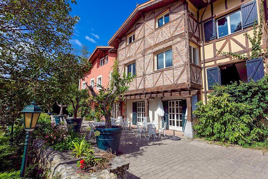 Das Hotel Zubieta von außen mit Fachwerkarchitektur