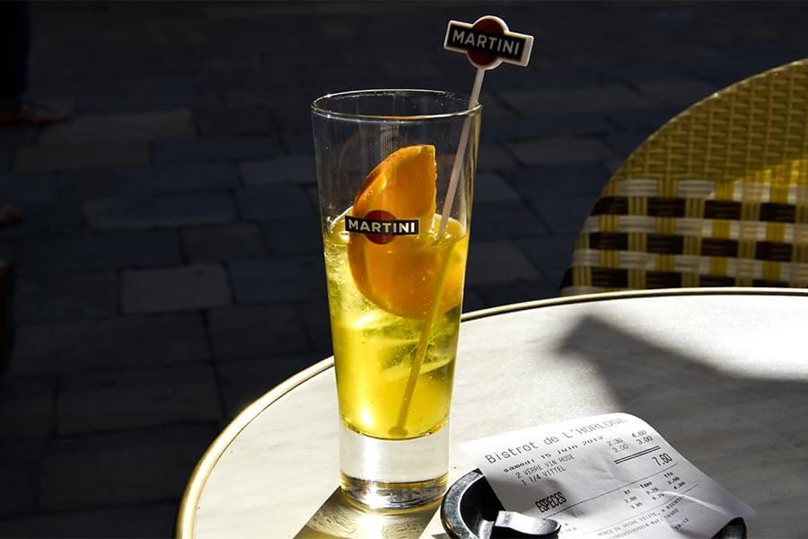 Suze mit einer Scheibe Orange in einem Bistrot in Nîmes