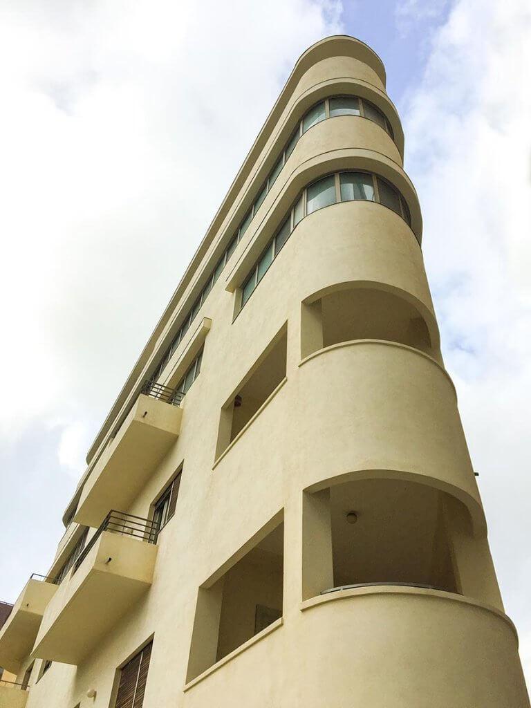 Typisches Bauhaus-Gebäude nähe des Shalom Towers © Siegbert Mattheis
