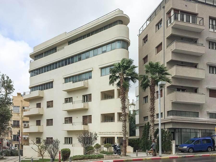 """Typisches modernistisches """"Schiffsbug""""-Haus in der Ha-Shakhar-St. nahe des Shalom Meir Towers © Siegbert Mattheis"""